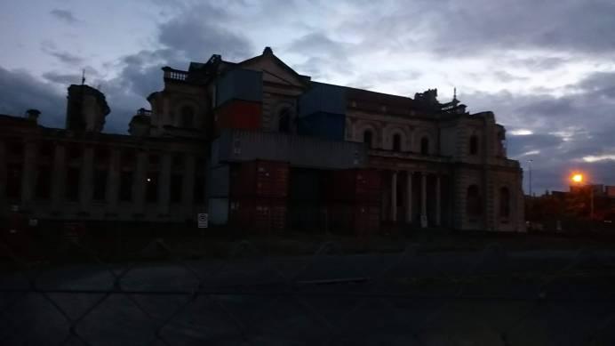 Jedna z dalších historických budov, která je obehnaná plotem
