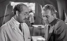 Prof. Crevett (Warren Mitchell) und Alan Brooks (Forrest Tucker)