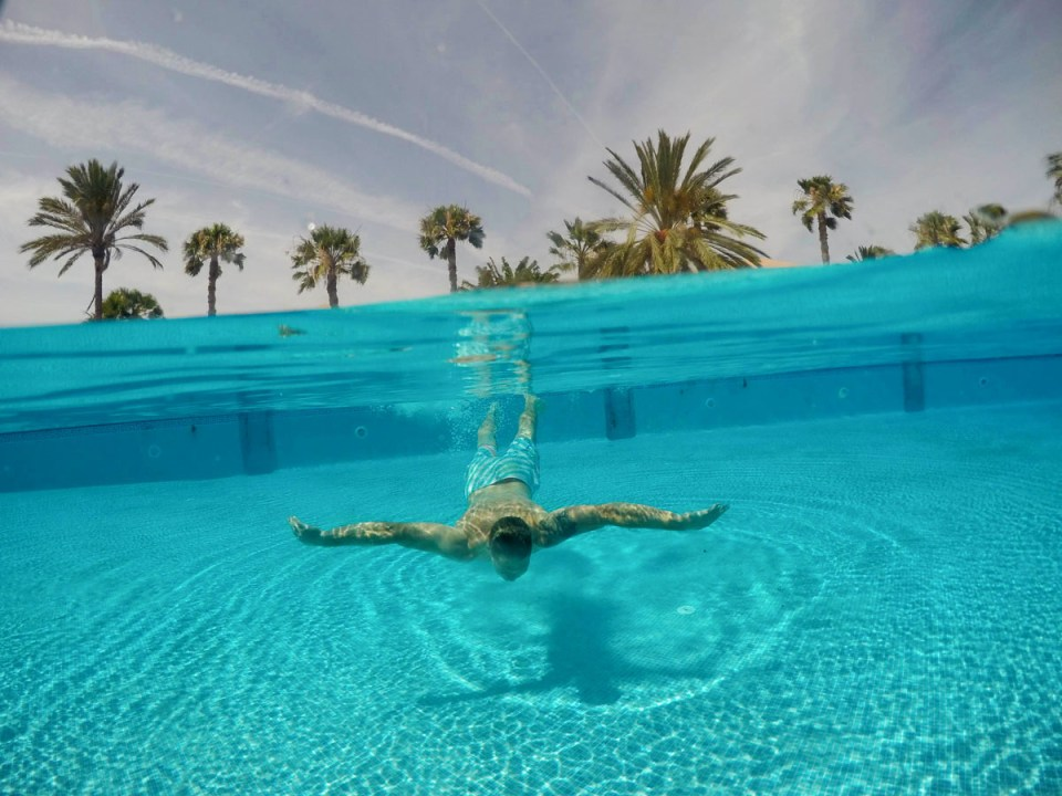 Gallery over under photos from a fun day at the fuerteventura pool split gopro dome port for for Best palm tree for swimming pool