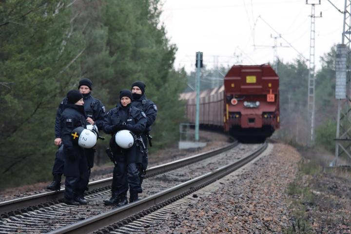 Die Aktivisten wurden von der Polizei bewacht. Foto: Erik Frank Hoffmann