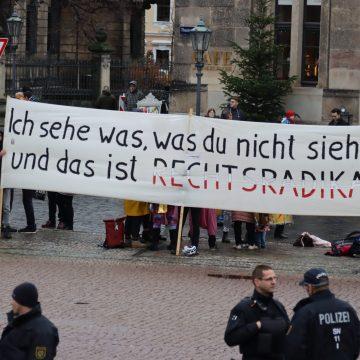 Gegenprotest mit Banner