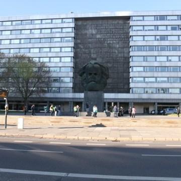Die 15 Teilnehmer der Pro Chemnitz Demonstration vor dem Karl-Marx-Monument.