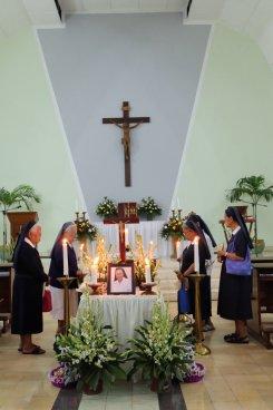 Para suster Komunitas Magnificat mendoakan Sr. Adriana