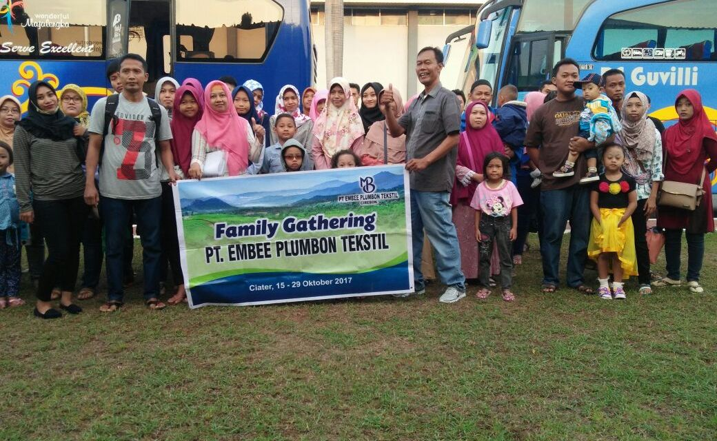 FAMILY GHATERING PT EMBEE PLUMBON TEXTILE