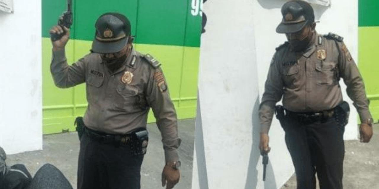 SEORANG OKNUM PERWIRA POLISI TODONGKAN PISTOL UNTUK BUBARKAN UNRAS BURUH