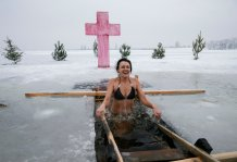 A woman takes a dip in icy waters of the Dnieper river during Orthodox Epiphany celebrations in the town of Vyshgorod, Ukraine January 19, 2017. REUTERS/Gleb Garanich