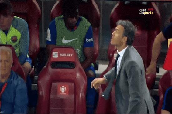 """بالفيديو.. المدرب """"لوتشو إنريكي""""  يستذكر أيامه كلاعب ويقوم بكعب مميز خلال النهائي"""