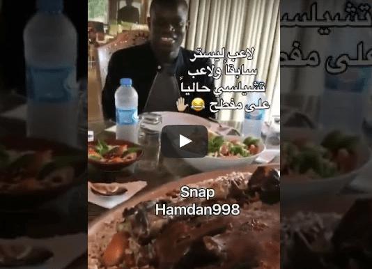 بالفيديو: شاهد مواطن عازم لاعب تشيلسي على مفطح