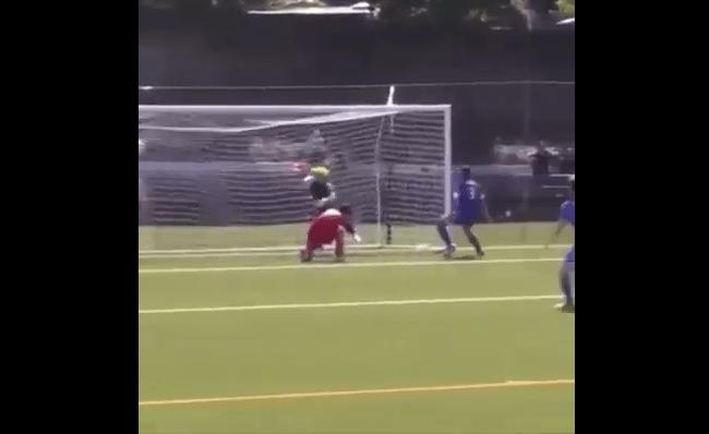بالفيديو.. حارس يضرب لاعباً بقسوة بعد أن سجل هدفاً في مرماه!
