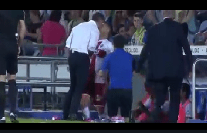 بالفيديو.. مدرب يعتدي على لاعبه بعد اعتراضه على التبديل