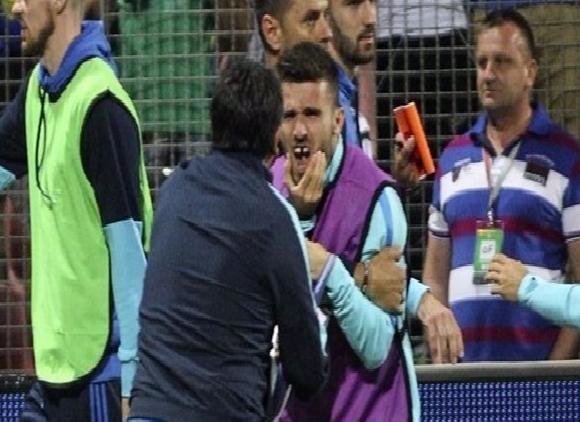 بالفيديو.. بسبب مشاجرة في تصفيات المونديال لاعب يوناني يفقد أسنانه