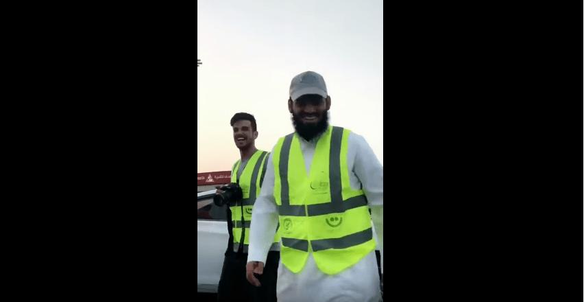 بالفيديو.. اللاعب سعد الحارثي يشارك في توزيع وجبات الإفطار بشوارع الرياض