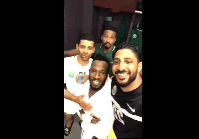 بالفيديو.. لاعبين المنتخب يحتفلون بـ فهد المولد على طريقتهم بعد التأهل الى روسيا 2018