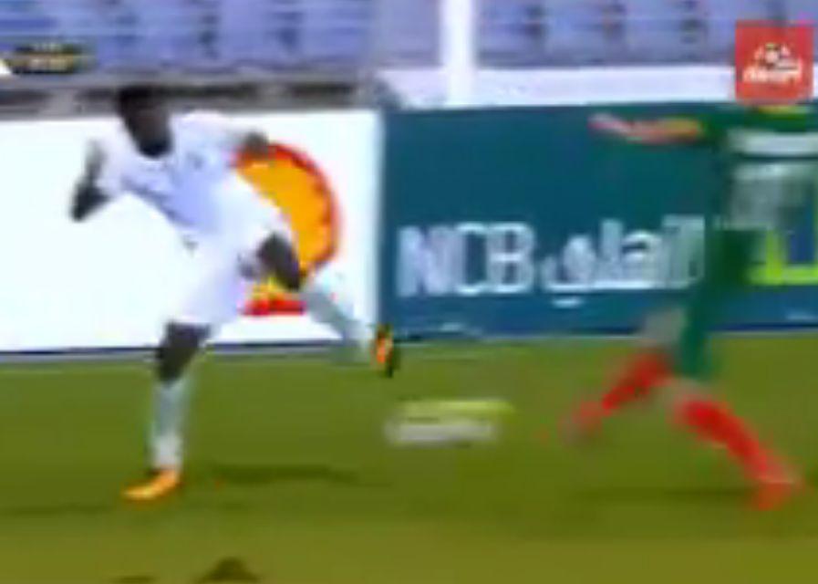 بالفيديو:طرد اللاعب منصور الحربي بعد تداخله مع لاعب المنتخب البلغاري!