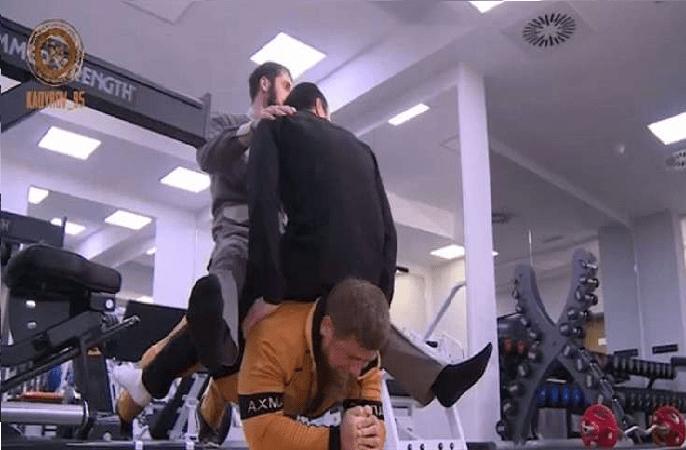 بالفيديو.. رئيس الشيشان يقهر بطلا روسيا في الفنون القتالية!