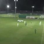 بالفيديو..في لقطة صادمة..مشجع يقتحم الملعب بسيارته في الإمارات