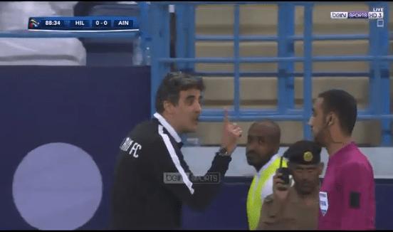 بالفيديو.. طرد مدرب العين الإماراتي إلى خارج الملعب بعد إعتراضه على قرار الحكم