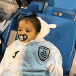 رئيس الشباب يسأل عن والد رضيع حضر مباراة فريقهم.. والجماهير: نجل لاعبكم- صور