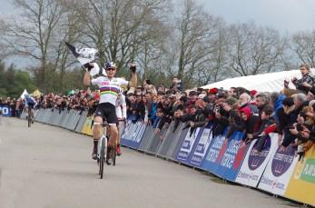 La belle vixtoireau sprint de Wout Van Aert devant Toon Aerts