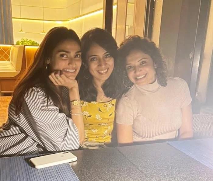 Athiya Shetty and friends