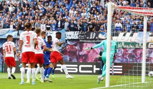 Fußball Bundesliga, RasenBallsport Leipzig vs. FC Schalke 04. Salif Sane (Schalke) und Peter Gulacsi (RB Leipzig) - Foto: GEPA pictures / Roger Petzsche