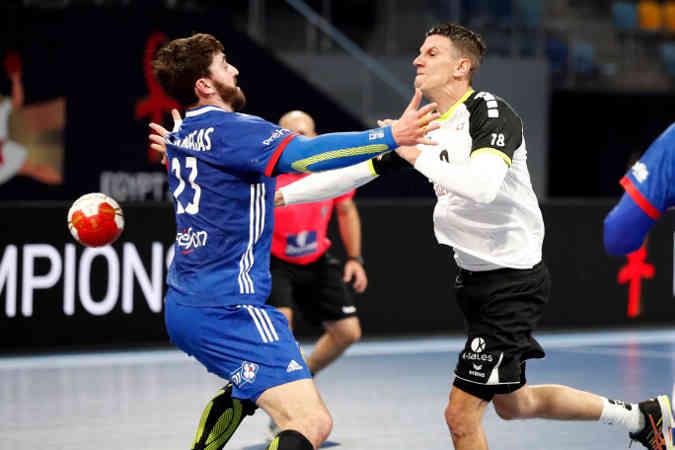 Handball WM 2021 – Frankreich vs Schweiz – Ludovic Fabregas und Andy Schmid – Copyright: FFHANDBALL / S.PILLAUD
