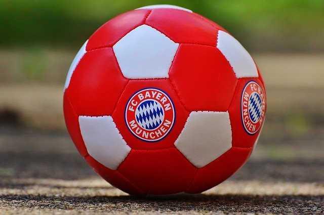 Fußball – FC Bayern München – Copyright: https://pixabay.com/de/photos/bayern-m%C3%BCnchen-fu%C3%9Fballverein-bayern-1338979/ – Lizenz: Pixabay Licence. Bild von Alexas_Fotos auf Pixabay.