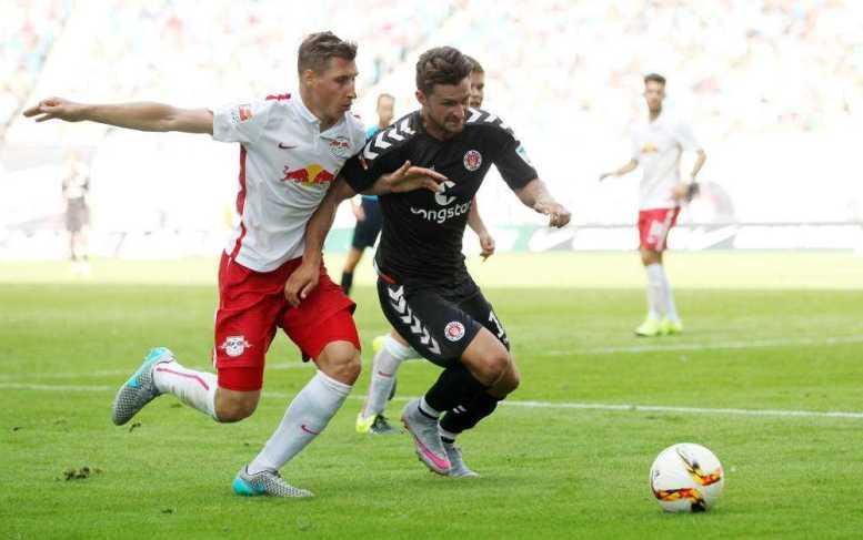 RasenBallsport Leipzig vs. FC St. Pauli - Willi Orban (RB Leipzig) und Lennart Thy (St. Pauli) - Foto: GEPA pictures/Roger Petzsche