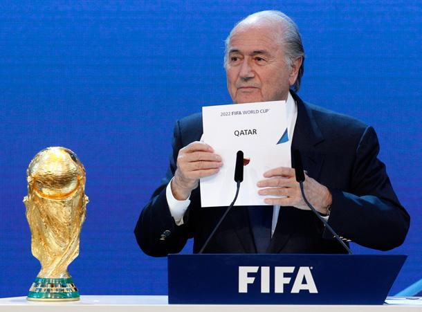 Voormalig FIFA-president Sepp Blatter maakt bekend aan welk land het Wereldkampioenschap Voetbal in 2022 is toegewezen © Reuters/Hartmann