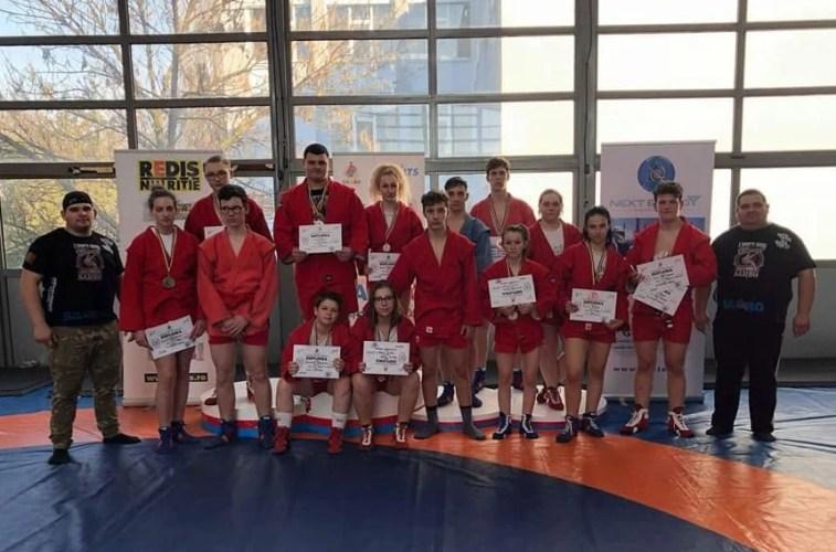 """Arădenii au cucerit 15 medalii la """"naționalele"""" de sambo de juniori și tineret: D. Nagy și Bleicziffer - principalii performeri"""