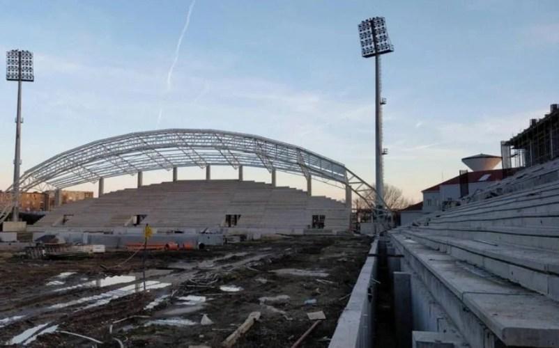 """În ziua în care fanii UTA-ei """"inaugurează"""" stadionul """"Francisc Neuman"""", constructorul Tehnodomus îi solicită cu tupeu Primăriei decalarea termenului de finalizare"""