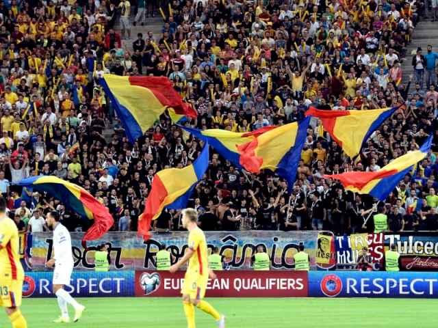 Suporterii romani alaturi de steaguri tricolore