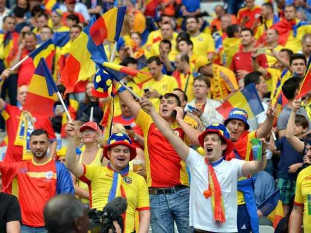 Suporteri romani in tribuna cu steaguri si fulare tricolore