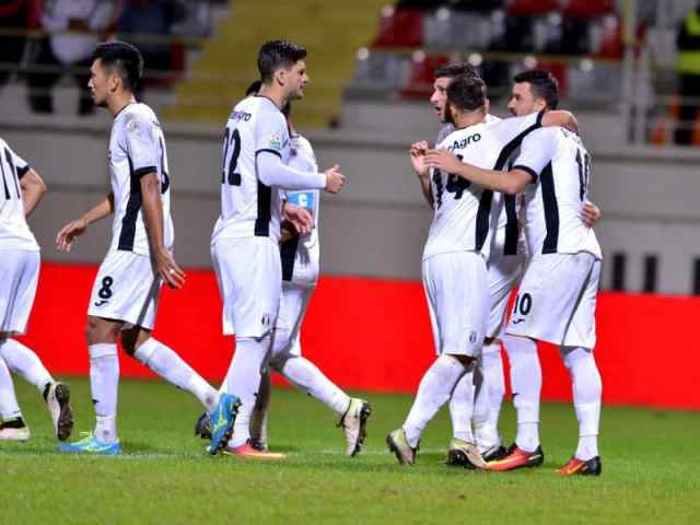 Constantin Budescu este felicitat de fotbalistii Astrei Giurgiu Seto Takayuki,Cristian Sapunaru si Daniel Niculae dupa golul marcat