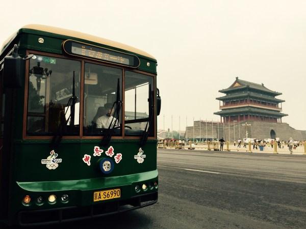 Un bus électrique Beijing 2022 devant la Porte de Qianmen, construite en 1419 (Crédits - Pékin 2022)