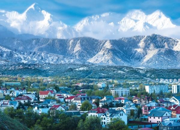 Vue d'Almaty avec les montagnes avoisinantes (Crédits - Almaty 2022)
