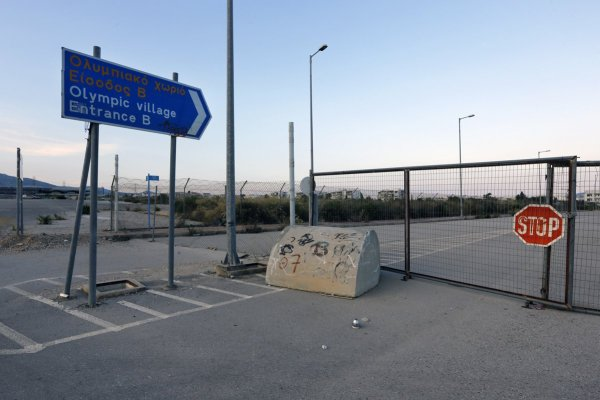 L'une des entrées du Village Olympique (Crédits – Yannis Behrakis / Reuters)