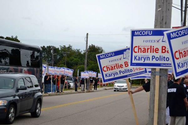 Pancartes électorales à l'occasion de la campagne pour le poste de Gouverneur du Massachusetts (Crédits - Page officielle Facebook de Charlie Baker)