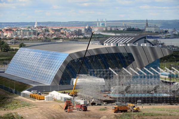 Vue extérieure de la Water-Polo Arena - au premier plan - et du Centre Aquatique de Kazan, au second plan (Crédits - FINA / ANO Executive Directorate for Sport Projects)