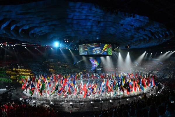 Défilé des drapeaux lors de la Cérémonie de clôture (Crédits - Kazan 2015)