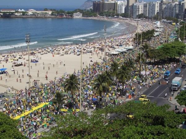 Plusieurs milliers de personnes ont arpenté les abords de la plage de Copacabana à Rio de Janeiro, ce dimanche 16 août (Crédits - Globo / Rodrigo Gorosito / G1)