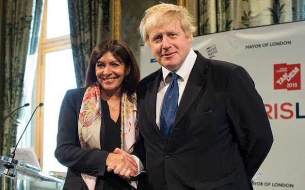 Anne Hidalgo et Boris Johnson en février dernier (Crédits - Rex Features / The Telegraph)