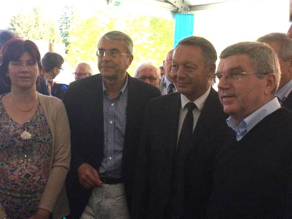 De gauche à droite, Bernadette Laclais, Députée de la 4ème circonscription de Savoie ; Jean-Jacques Queyranne, Président de la Région Rhône-Alpes ; Thierry Braillard, Secrétaire d'État aux Sports et Thomas Bach, Président du CIO (Crédits - Page Twitter de Thierry Braillard)