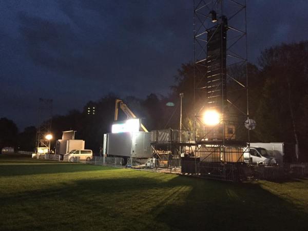 Ce samedi soir, les organisateurs ont effectué les dernières installations avant le rendez-vous de dimanche matin (Crédits - Olympia in Hamburg)