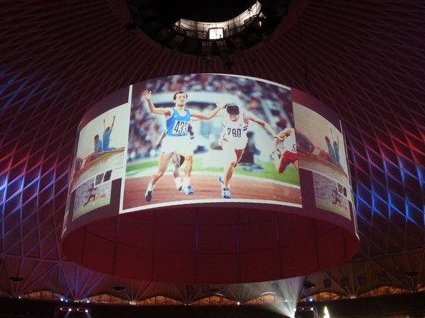 Des images des JO de Rome 1960 sont notamment projetées sur les écrans géants du Palais des Sports (Crédits - Rome 2024)