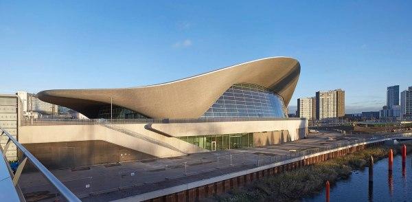 Vue extérieure du monumental Centre Aquatique de Londres (Crédits - Zaha Hadid Architects)