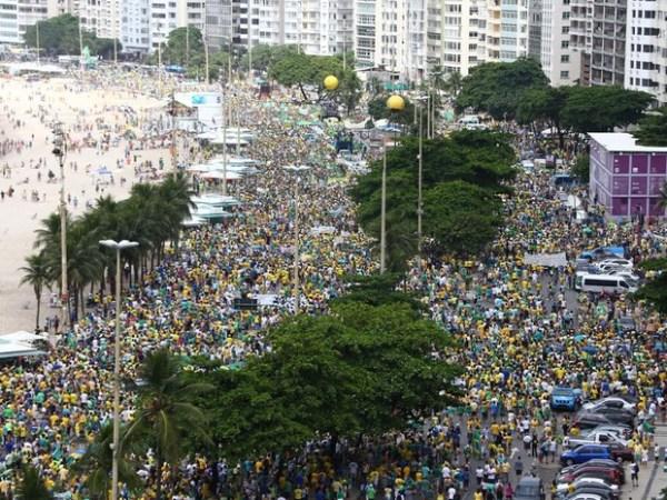 Entre 700 000 et 1 million de manifestants ont été comptabilisés le long de la plage de Copacabana à Rio de Janeiro (Crédits - Rodrigo Gorosito / G1)