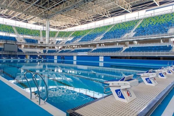 Vue intérieure du Centre Aquatique de Rio de Janeiro, avec le bassin des compétitions et les tribunes (Crédits - Cidade Olimpica)