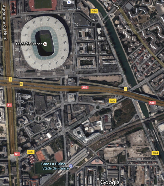 Vue satellite du Stade de France et du terrain pouvant abriter le Centre Aquatique près de la Gare La Plaine-Stade de France (Crédits - Google Maps)