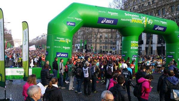 Ligne de départ du 40e Marathon de Paris (Crédits - Twitter de Tony Estanguet)